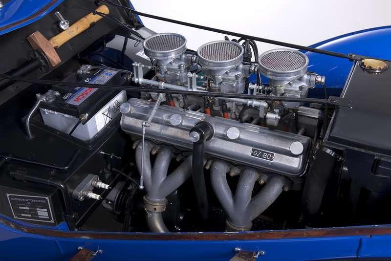 Двигатель автомобиля пододним изпервых капотов аллигаторного типа.