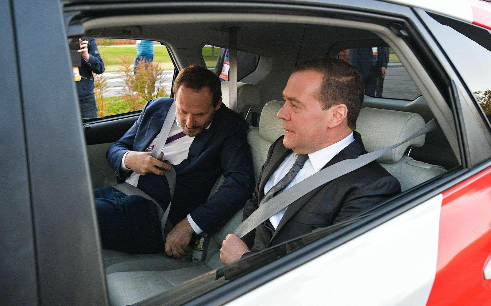 Любимые машины Дмитрия Медведева: откомбайна доАуруса— фото 945812