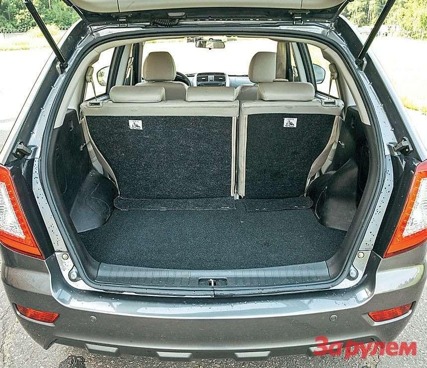 Багажник «Лифана» неочень велик. Чтобы поднять дверь, надо обладать недюжинной силой.