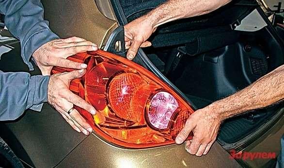 Дополнительные фиксаторы фонаря «Тииды» излишне мощные, без помощника сними зачастую несправиться. Если лампа перегорела зимой, тяните дотеплого гаража идайте пластику как следует отогреться, иначе может треснуть.