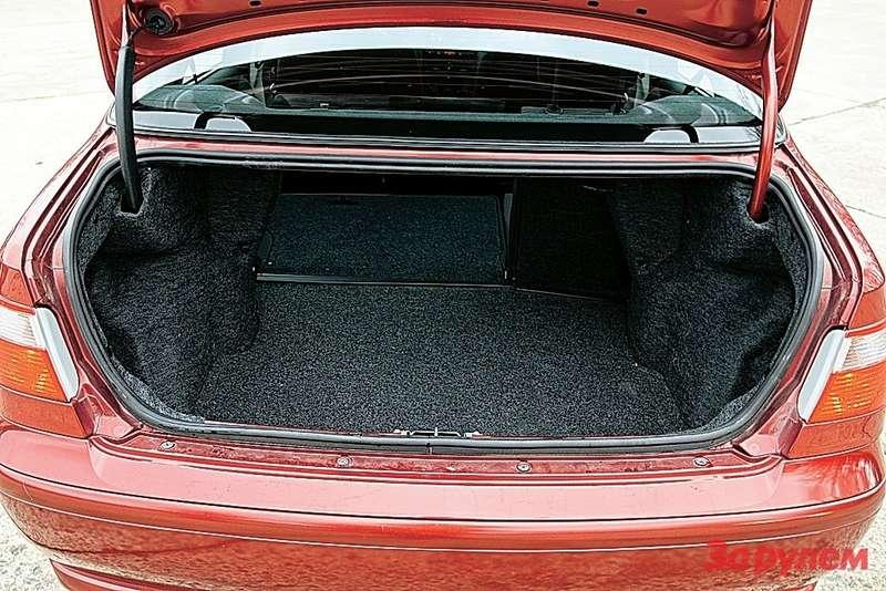 Объемистый багажник соскрытыми петлями (влезает комплект родных колес) помог победить всравнительном тесте счетырьмя одноклассниками.