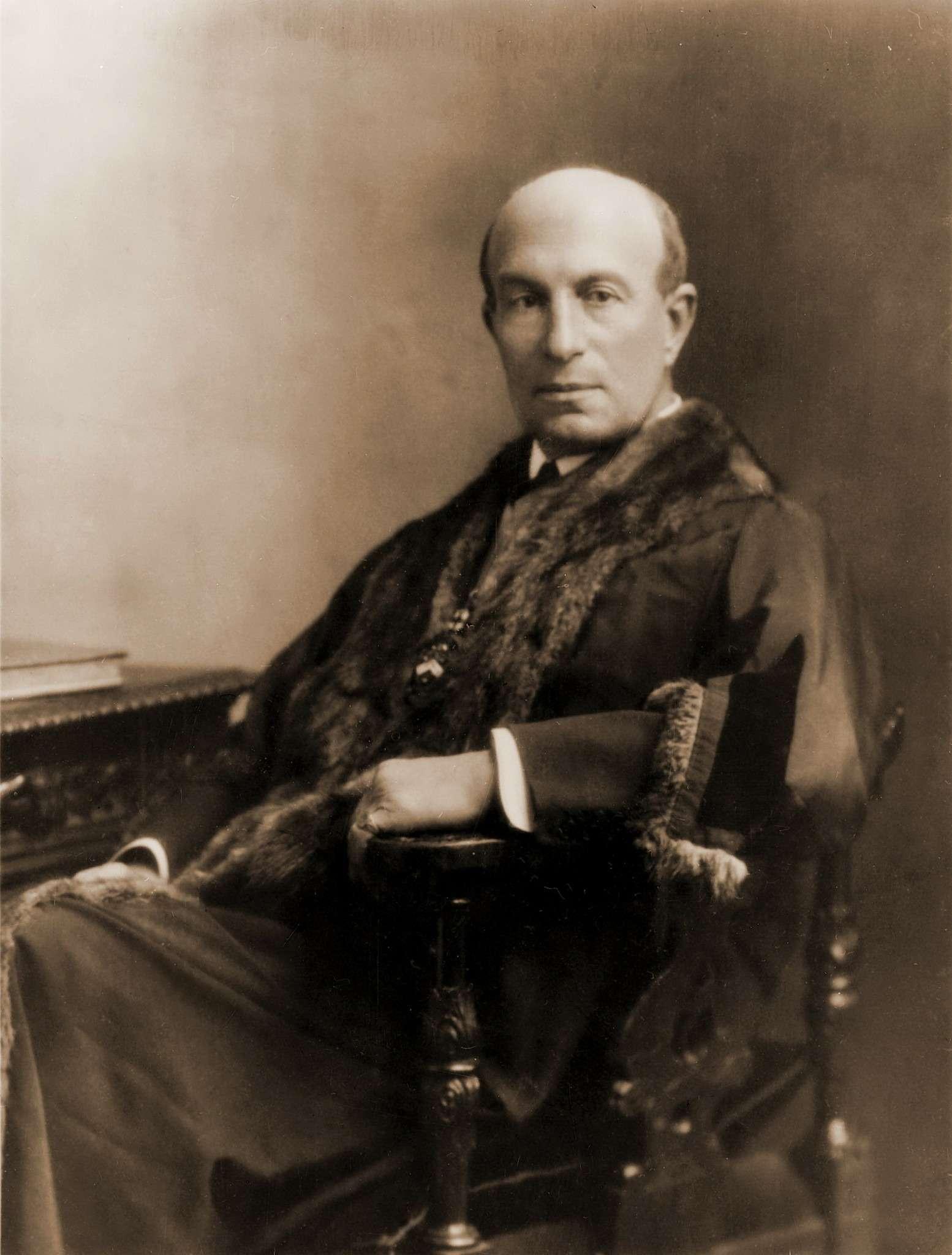 Генри Джон Лоусон, известный также как Гарри Лоусон (1852— 1925гг.)— видный британский промышленник, конструктор велосипедов, основатель The Daimler Motor Company Limited (компания была поглощена фирмой Jaguar Cars). Умер, оставив наследникам «состояние» всего в99фунтов