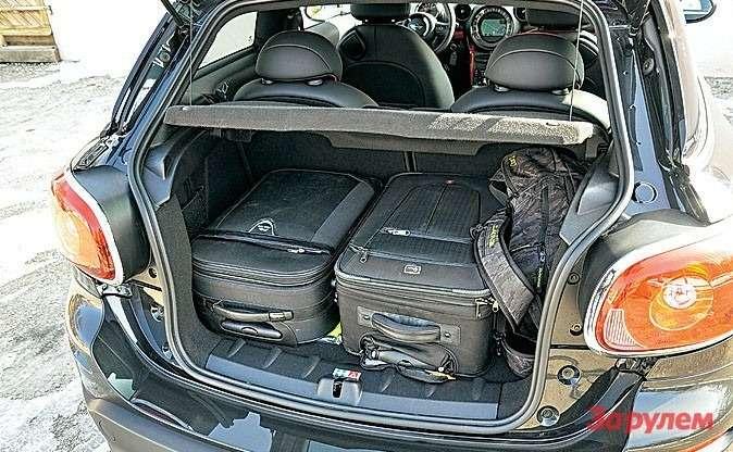 Багажник меньше, чем в«Кантримене», нопара больших чемоданов ирюкзак поместились.