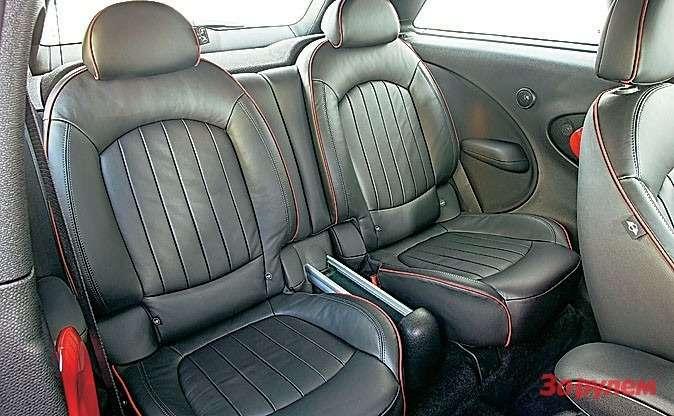 Вместо дивана— два раздельных кресла. Каждое можно сложить, увеличив объем багажника до1080л.