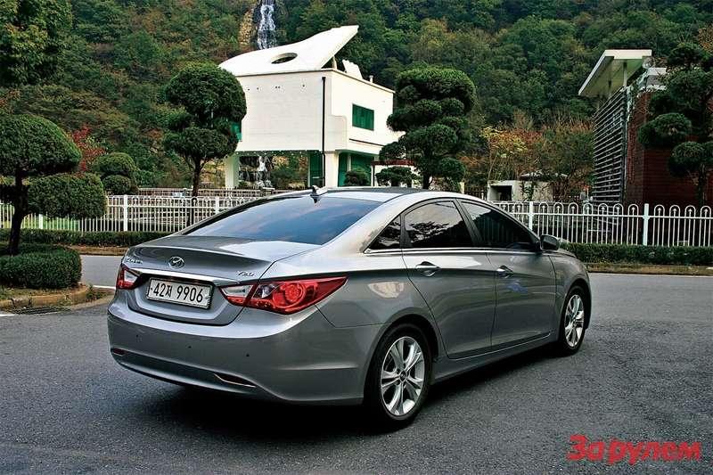 Hyundai Sonata: Дуга, еще дуга, резкая линия— получается «Соната», гармоничная, как ееимя нафоне дома-рояля.