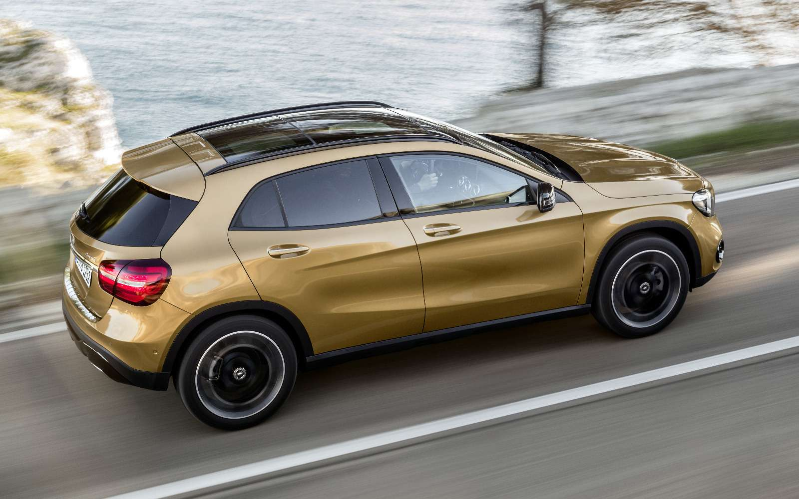 Mercedes-Benz GLA стал краше, нонепросторнее— фото 690067