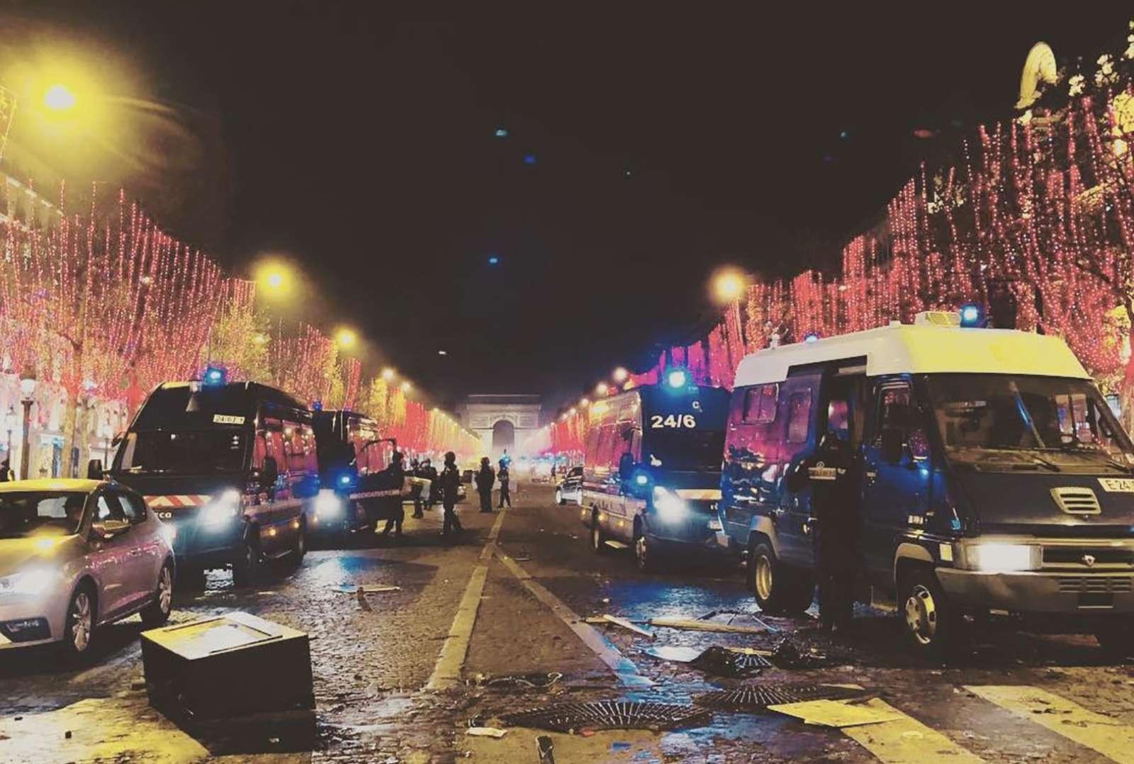 Какфранцузы протестуют против роста цен натопливо: баррикады против водометов— фото 926160