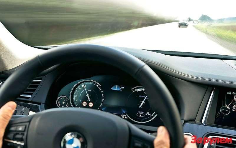 Вскоре серийные БМВ будут давать рекомендации поэкономичному вождению (правый нижний угол комбинации приборов). Вданный момент компьютер рекомендует водителю снять ногу спедали газа: предстоит поворот соснижением скорости, докоторого можно доехать инакатом. Источник данных обособенностях дороги— навигационная система.