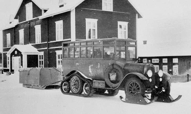 Автобус, спроектированный попредложению главного почтмейстера Шведского королевства Юлиуса Юлина, оснащался лыжами напередние колеса ирезино-тканевыми гусеницами назадний мост, который дляэтого дополнялся парой опорных катков. Кроме того, подподножками автобуса устанавливались небольшие плуги, разгребавшие снег перед гусеницами. Всеверных областях Швеции подобные автобусы служи порой единственным связующим звеном с«материком». Они одновременно выполняли роль пассажирского игрузового транспорта, скорой медицинской помощи, кним прицепляли волокуши идаже плуг длярасчистки дорог. ВСССР при разгильдяйстве икрайне низкой квалификации шоферов имехаников дополнительное оборудование автобусов быстро сломалось.