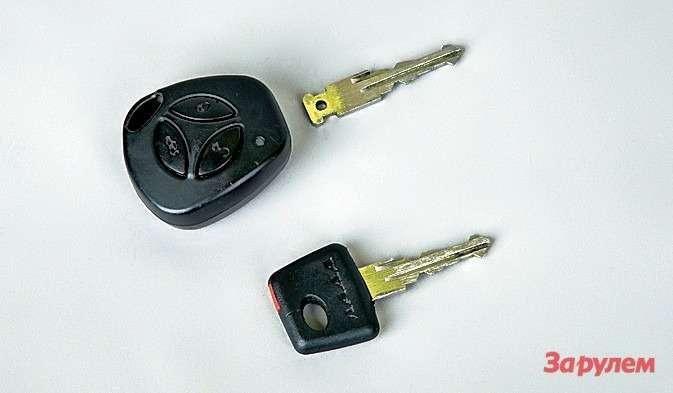 В пульте управления ключа спрятан чип, чей сигнал распознает иммобилайзер идает команду напуск двигателя. Чип сломался, поэтому приходится возить ссобой два ключа: спульта открываю двери, аобучающим (скрасной меткой) завожу мотор.