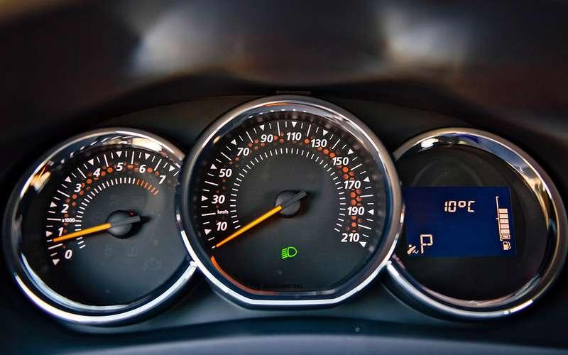 Секреты Renault Logan: сколько насамом деле внего влезает бензина?