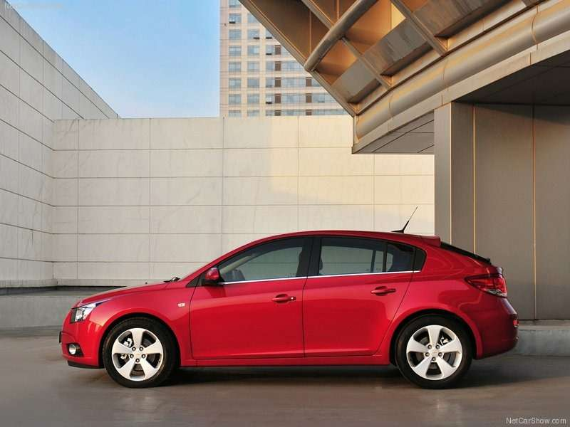 Chevrolet-Cruze_Hatchback_2012 02