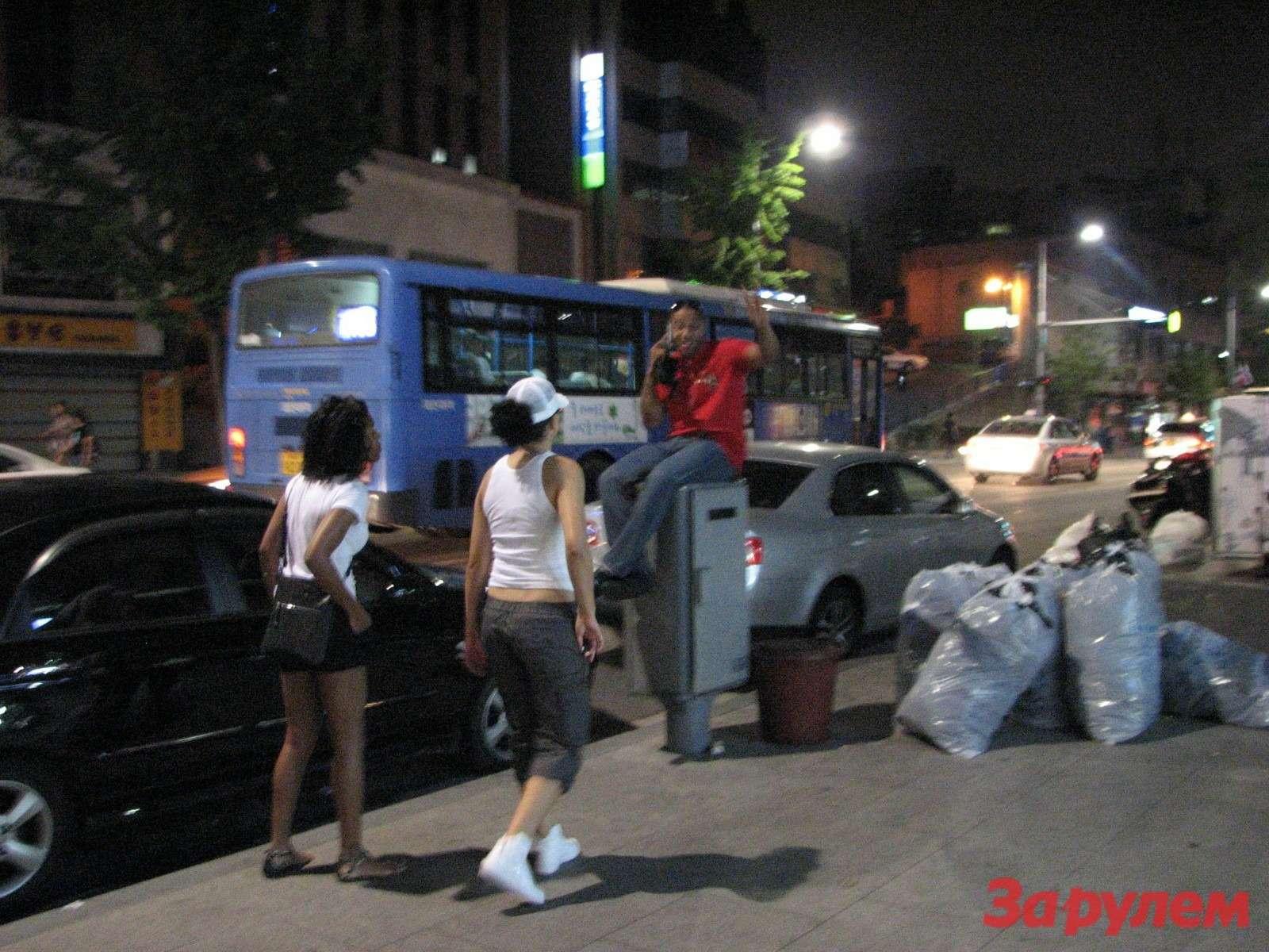 Парни темнокожие клеют корейских девах не вставая сместа...