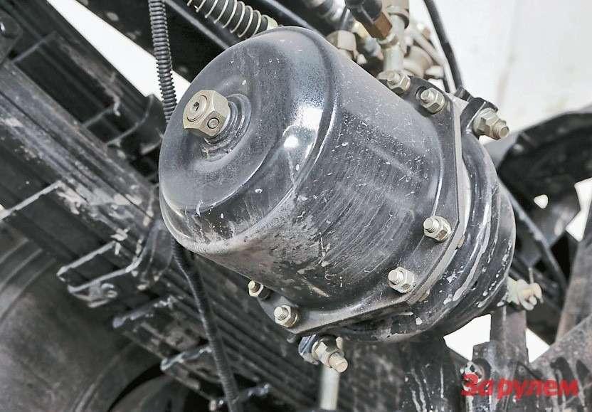 Пневмокамеры тормозов задних колес насреднетоннажниках Aumark снабжены энергоаккумуляторами. Для растормаживания шпильку выкручиваем