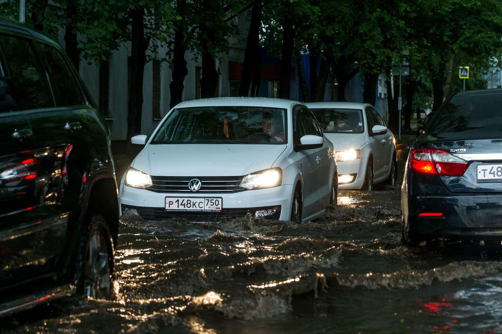 Москву залили дожди, машины поплыли. Фоторепортаж ЗР— фото 770690