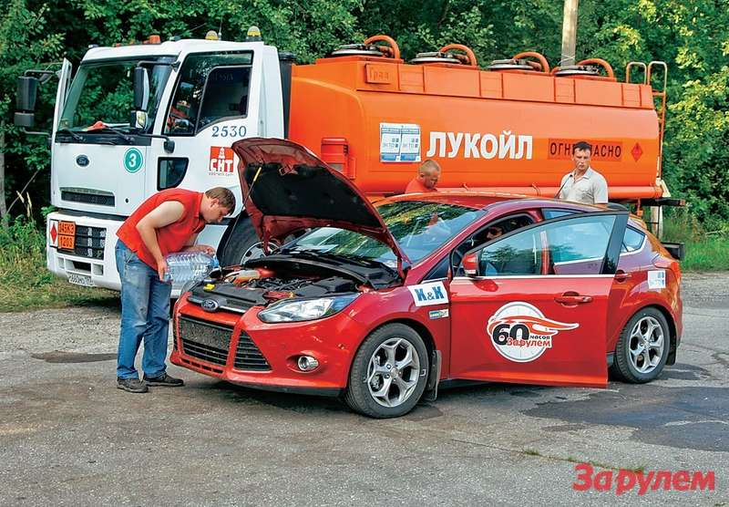 Пока заправщик заливает топливо, асвежий водитель готовится занять место зарулем, наш «доктор Айболит» успевает осмотреть мотор.