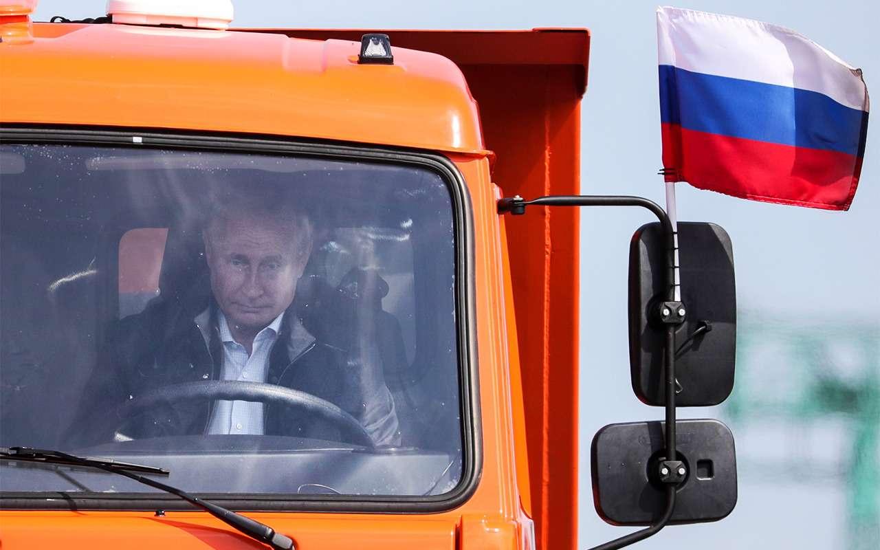 Путин первым проехал поКрымскому мосту. НаКАМАЗе— фото 870762