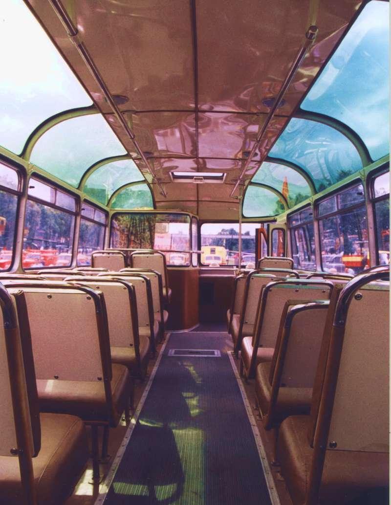 Оцените уровень реставрации— это салон ЛАЗ-695 №132. Автобус восстановлен исохраняется вневезучем Музее городского транспорта Москвы, которому никак немогут выделить экспозиционную площадку. Панорамное остекление помогало знакомиться сдостопримечательностями, однако вжаркую погоду находиться всалоне было мукой.