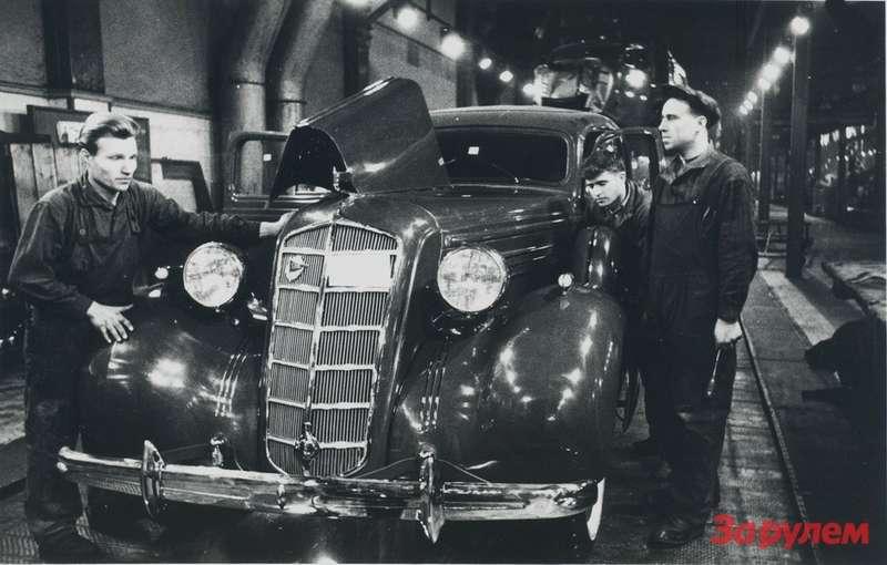 После сдачи прессового корпуса ЗиСа производство модели «101» перевели в6и 7пролеты. Наснимке: рабочие сдают 4000-й лимузин ЗиС-101. Ноябрь 1938 года. Фото: РГАКФД