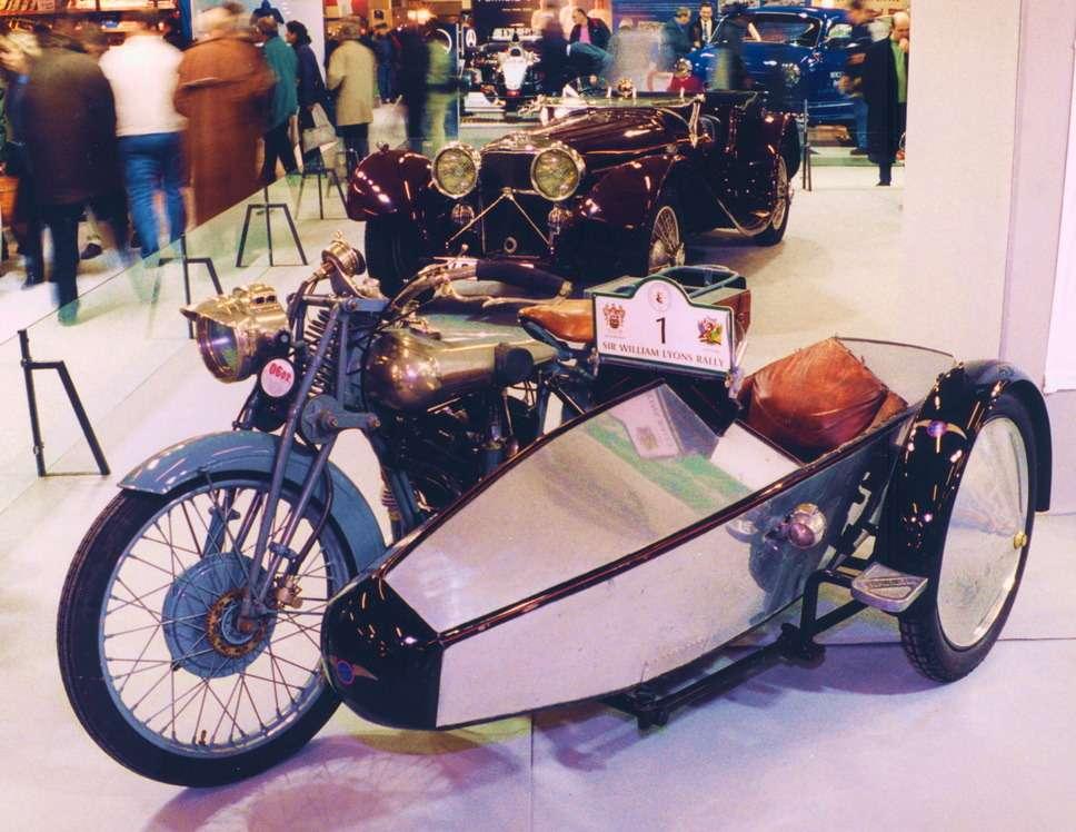 Мотоцикл сбоковым прицепом мастерской Уильяма Лайонса иУильяма Уолмсли, середина 1920-х. Назаднем плане— самая знаменитая предвоенная модель компании— SS100 Jaguar 1936 года