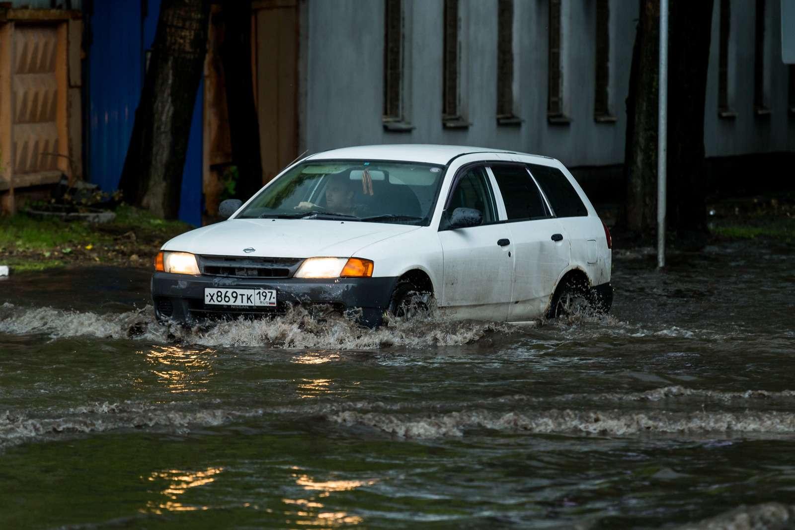 Москву залили дожди, машины поплыли. Фоторепортаж ЗР— фото 770686
