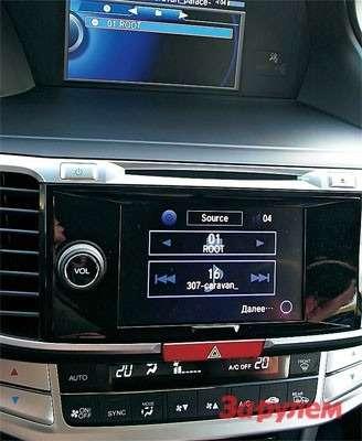 Разработчики двухдиновой магнитолы избавили ееотзасилья кнопок икрутилок предыдущей версии. Вдобавок наэкран теперь можно выводить даже фото.