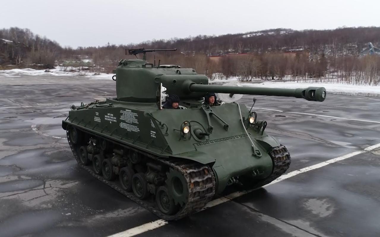 Какая комфортная иномарка: тест-драйв американского танка «Шерман»— фото 944971