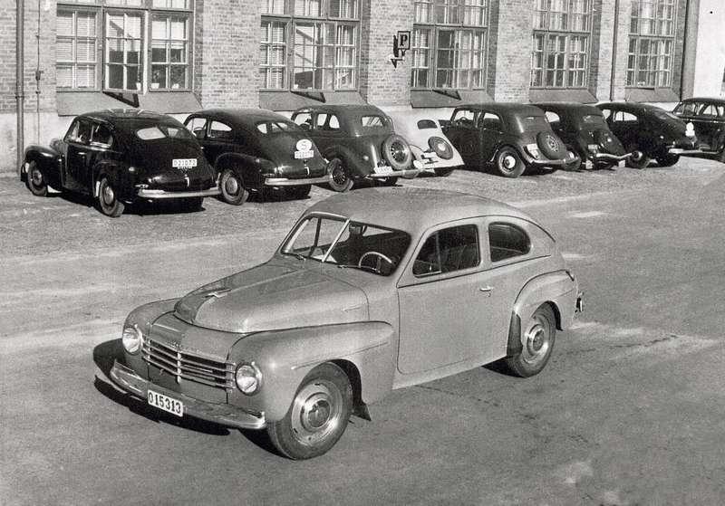 Первая модель компании снесущим кузовом, PV444, назаводском дворе, 1950г.