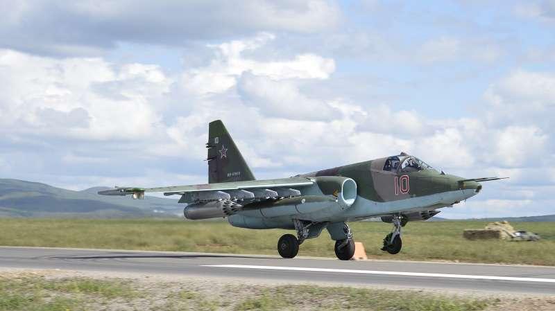В Приморье штурмовик Су-25СМ впервые вроссийской истории приземлился наавтодорогу