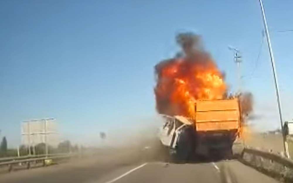 Два грузовика столкнулись лоб влоб изагорелись (все живы)
