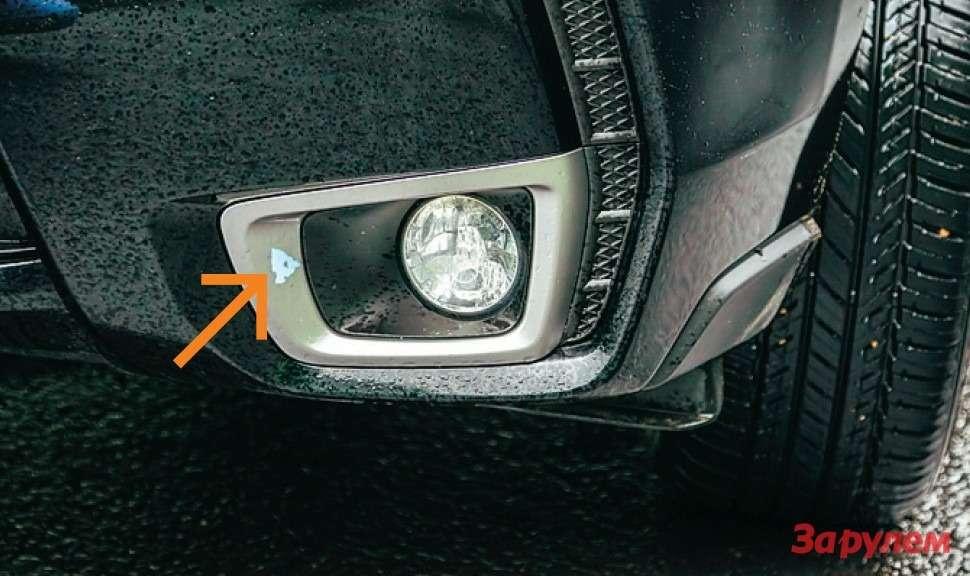 С псевдоалюминиевой окантовки противотуманок «Субару» легко сходит краска. Снимок сделан дозаездов побездорожью.