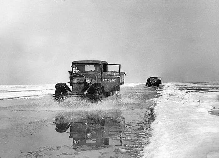Весной автомобили ходили поколеям, наполненным водой. Риск проглядеть полынью втакой ситуации был чрезвычайно велик
