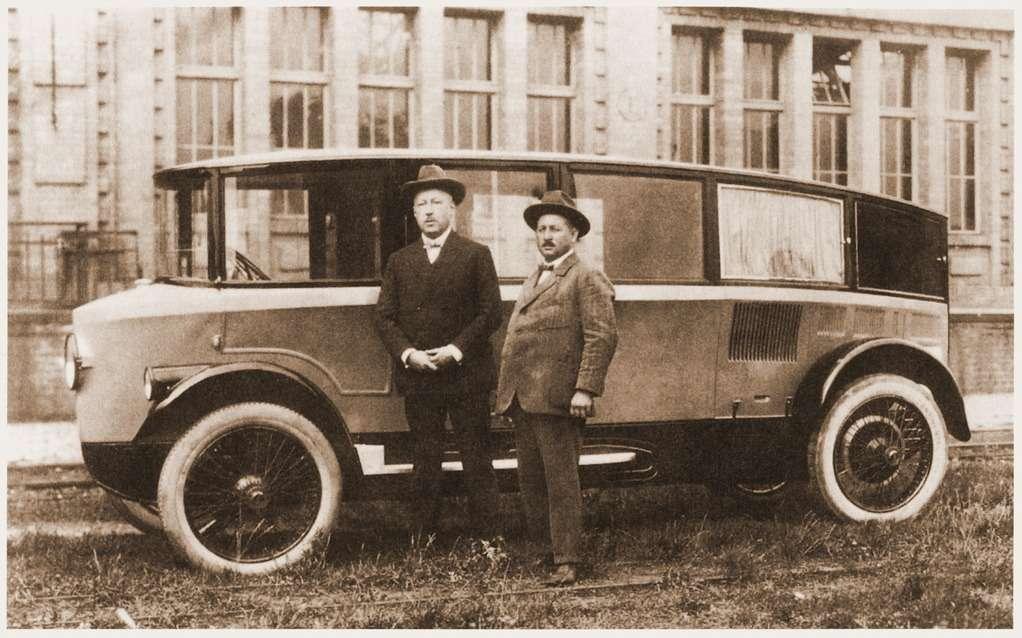Конструктор Эдмунд Румплер (слева) возле семиместного варианта Tropfenwagen
