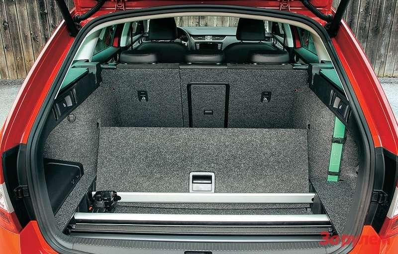 Двойной пол багажника способен принимать дошести различных положений. Приятные мелочи вроде четырех складных крючков, двух светильников ирозетки на12В входят встандартную комплектацию.