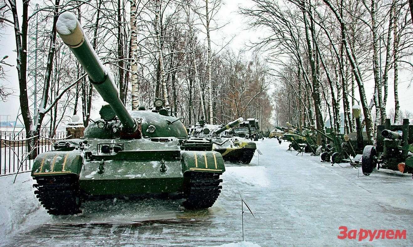 Любителям военной техники будет интересно погулять поаллее танков, бронетранспортеров ипушек.