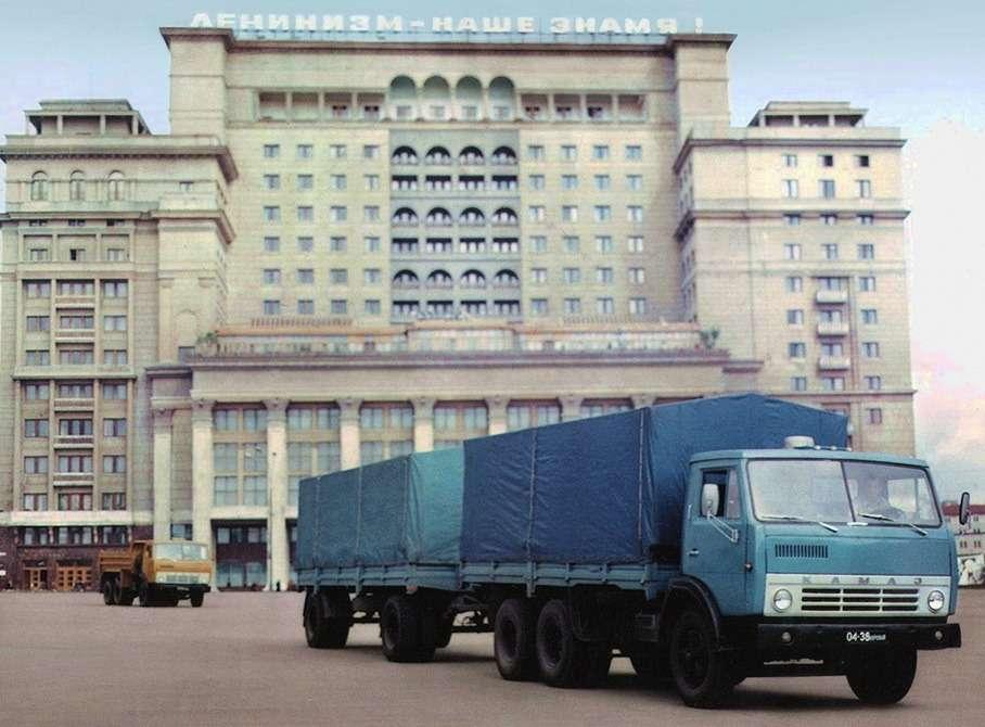 Автопоезд всоставе бортового КамАЗ-5320с прицепом ГКБ-8350 общим полным весом 26,5т. «КамАЗы» оснащали «квадратными» (диаметр цилиндра Хход поршня— 120х 120мм) дизелями мощностью 210 л.с. разработки ЯМЗ. Новыпускал двигатели моторный завод КамАЗа.