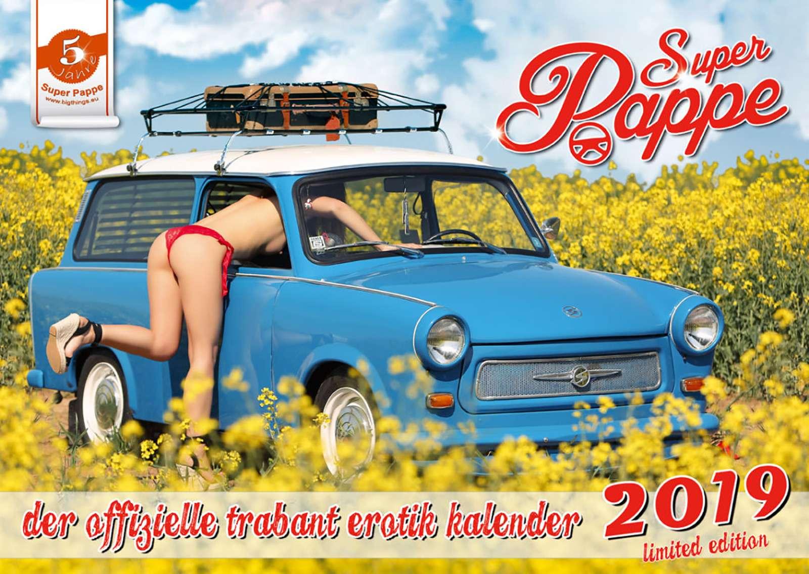 «Траби» и обнаженные девушки: самый горячий эротический календарь осени - фото 911095