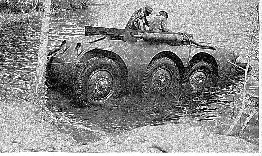 Опытная плавающая бронемашина 8х8 концерна Daimler-Benz была спроектирована подруководством технического директора Порше в1928 году ипроходила испытания вСССР. Неизвестно, где сделан данный снимок, однако велика вероятность, что господин вшляпе— это Фердинанд Порше, поскольку, как вспоминали его внуки, дед всегда был вшляпе.