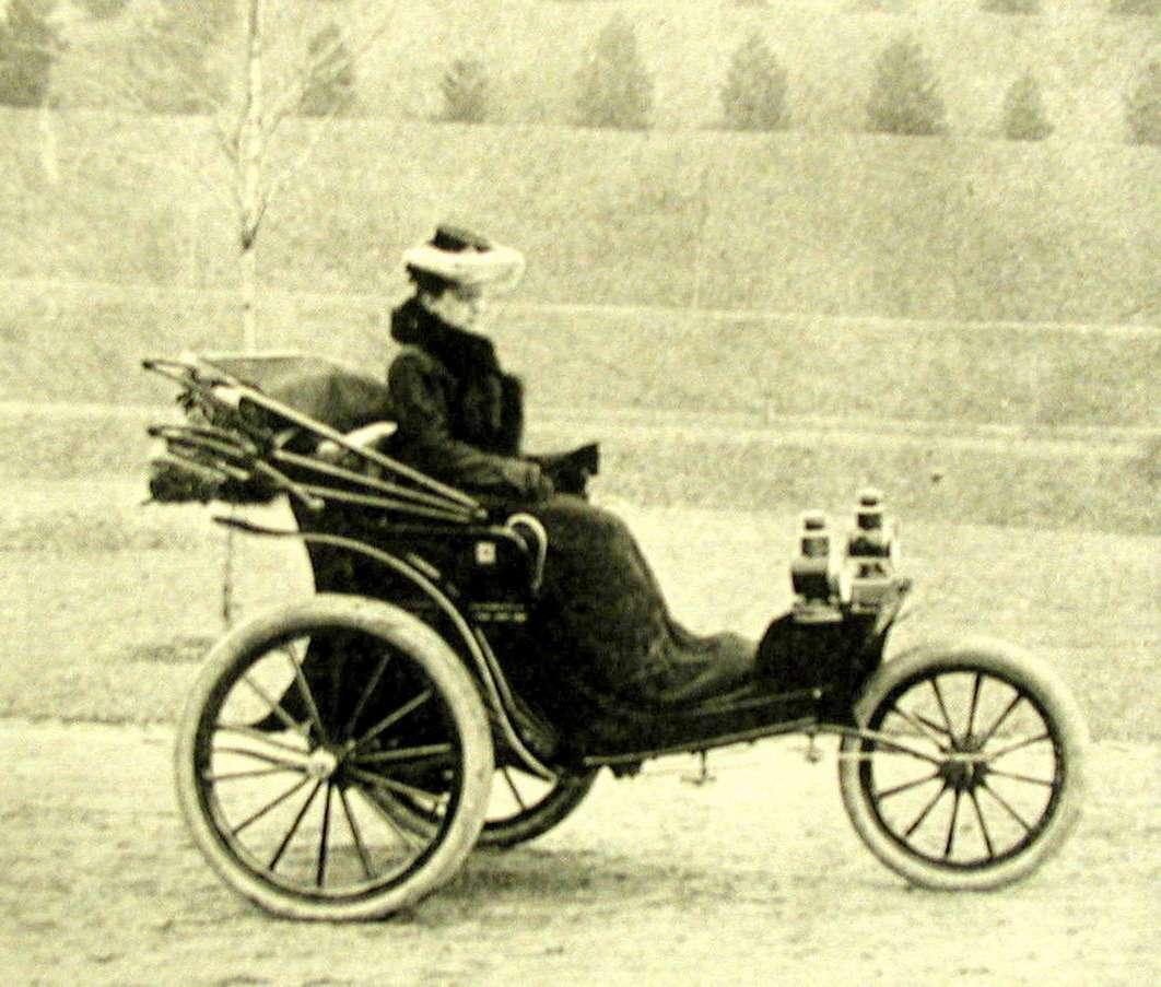 В городском парке Ридинга дочь Чарльза Дьюри испытывает новую модель его автомобиля. Реа Дьюри, наверное, стала первой вмире женщиной-испытателем автомобилей. Фото: Boyertown Museum ofHistoric Vehicles
