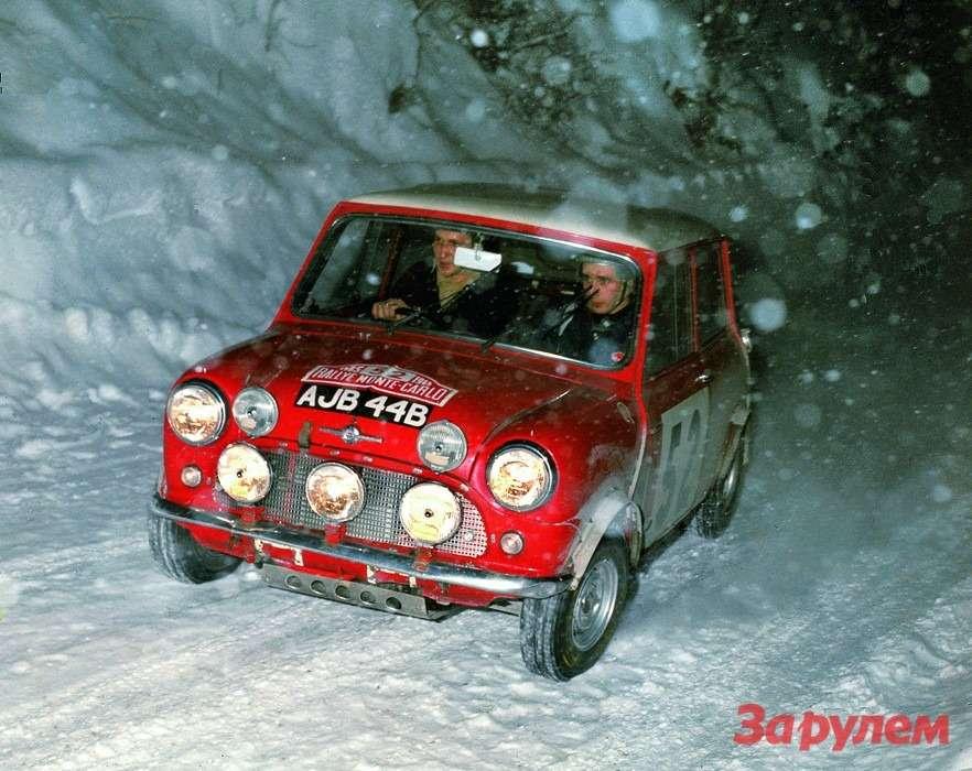 Тимо Мякинен напути ктриумфу вралли 1965 года. Наснимке видно, что его Morris Mini Cooper Sоснащен фарами сйодными лампами, закоторые в1966 году команду Mini дисквалифицируют. Автомобили Mini побеждали вралли в1964, 1965и 1967 годах