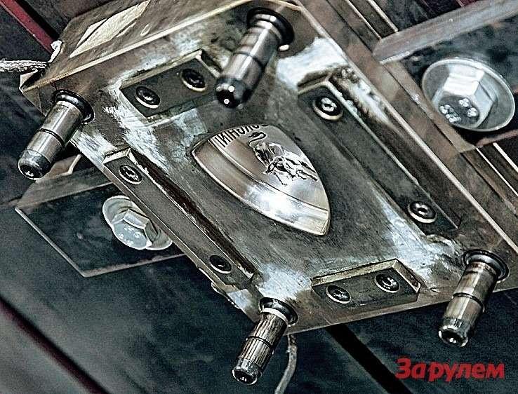Пока метод горячей штамповки карбона не вышел изстадии экспериментов. Технологию отрабатывают втом числе нафирменных эмблемах.