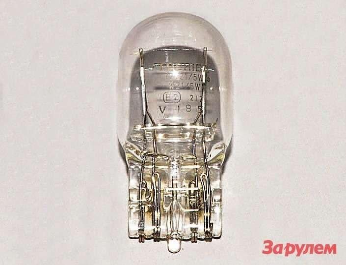 Потянув лампу, вынимаем ееизпатрона. Устанавливаем новую лампу W21/5W вобратной последовательности.