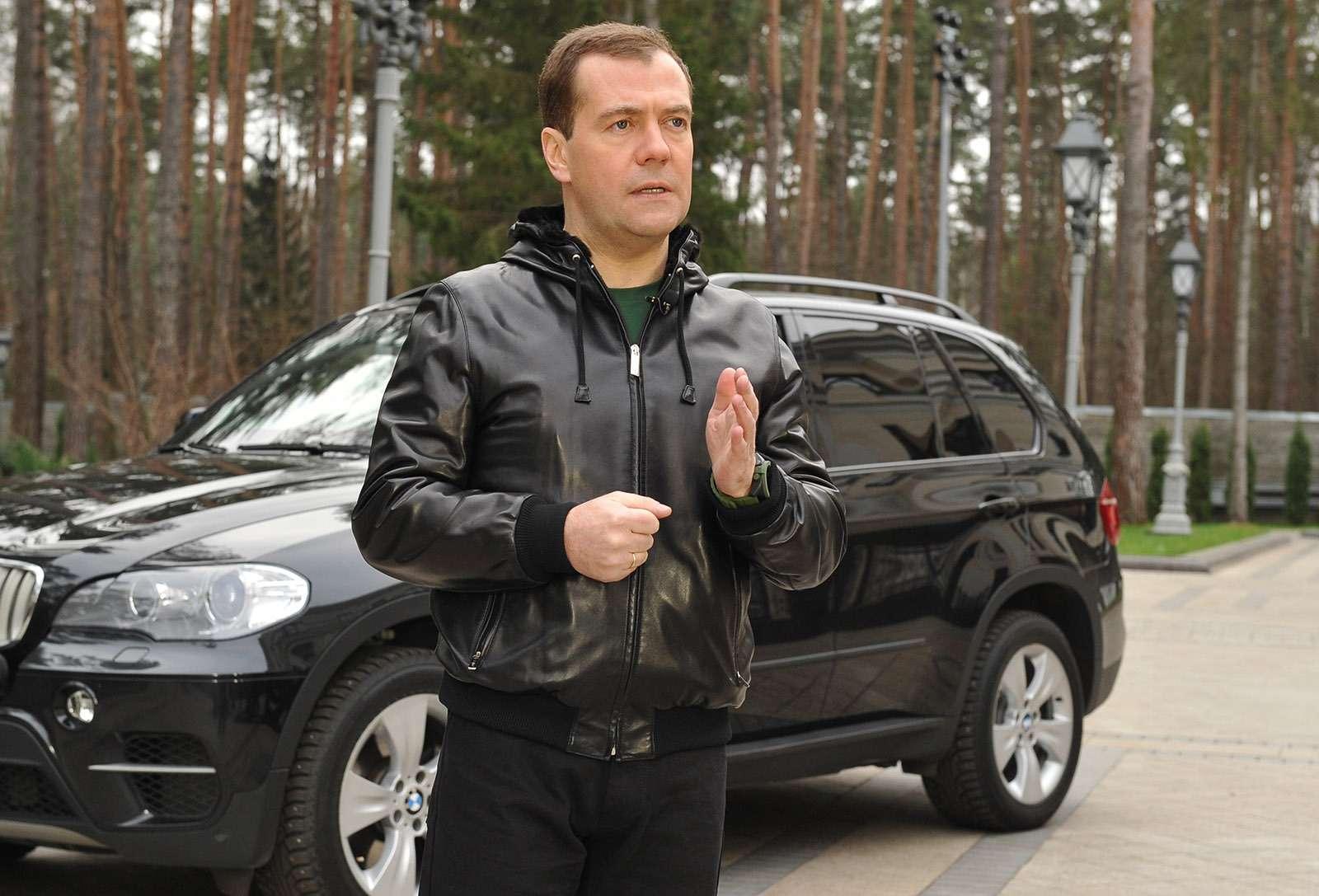 Любимые машины Дмитрия Медведева: откомбайна доАуруса— фото 945806