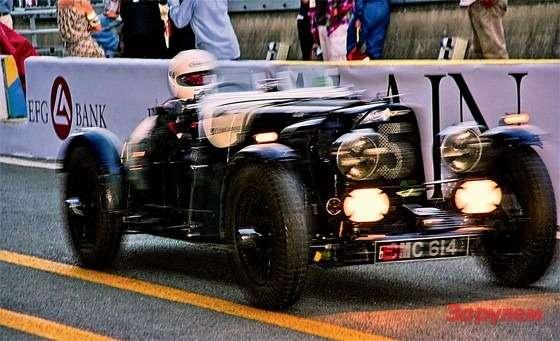 Гонки LeMans classic: Ночной этап— дополнительное испытание дляпилотов имашин. Носамые пожилые автомобили пожалели, ихвторой заезд закончился еще всумерки.
