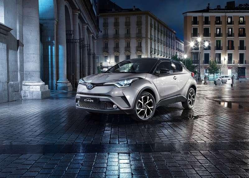 Интерьер Toyota C-HR: японцы нашли стиль