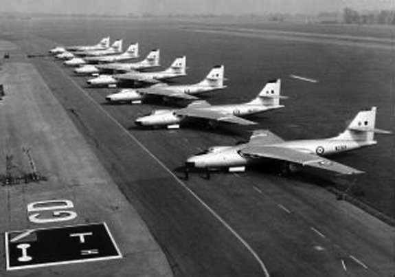 Стратегические бомбардировщики Vickers Valiant стоят наВПП Gaydon, фото: thunder-and-lightnings.co.uk