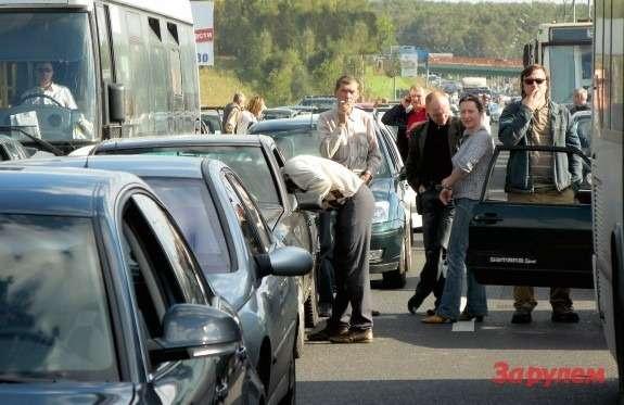 московские автомомбилисты курят впробках