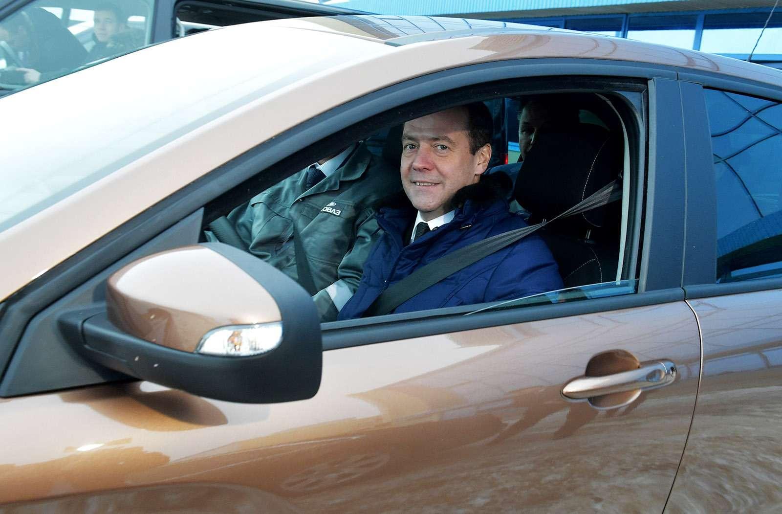 Любимые машины Дмитрия Медведева: откомбайна доАуруса— фото 945804