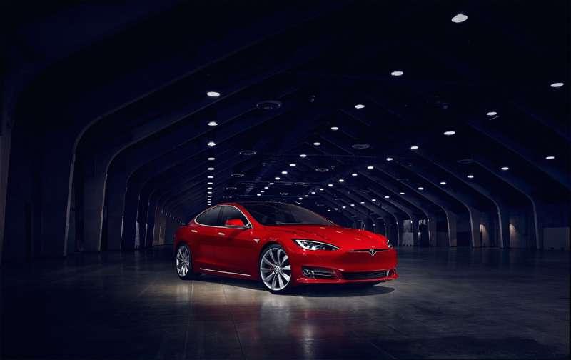 Шофёр Tesla приостановил неуправляемый VW Passat