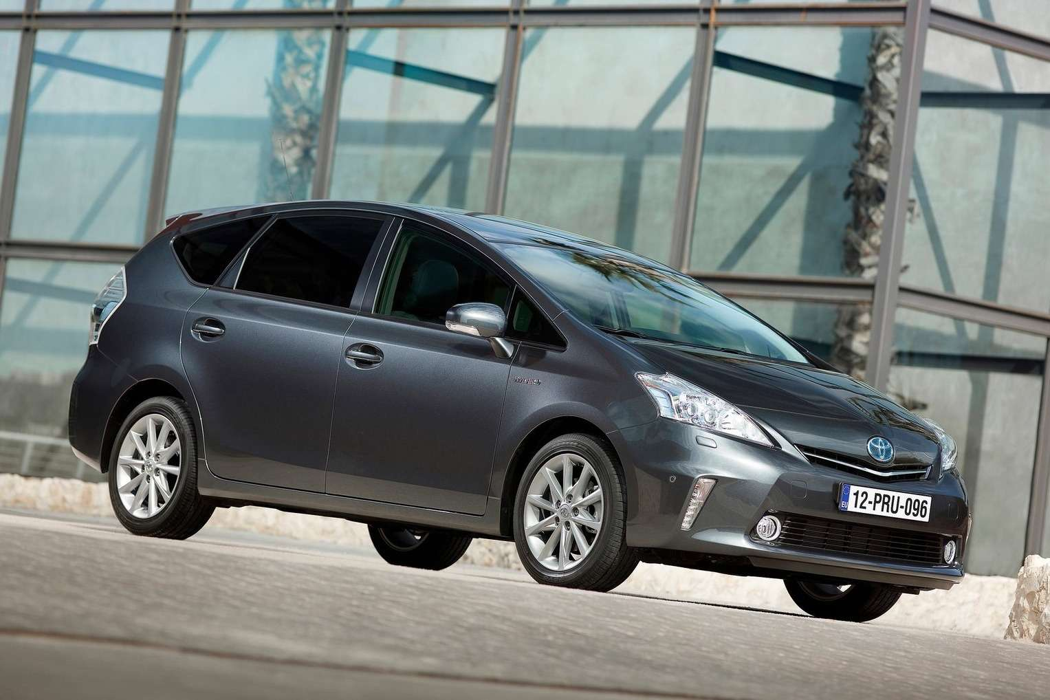 Toyota-Prius_Plus_2013_1600x1200_wallpaper_01